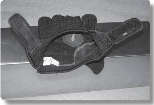 Glove for holding mud pan